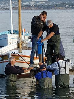Pose des pieux de pontons en bois dans la lagune du Brusc