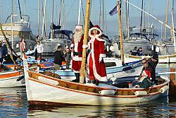 Arrivée du père Noël en pointu dimanche 15 décembre 2019 au port du Brusc. Photo Peter Bathurst - Instagram/peter_bathurst