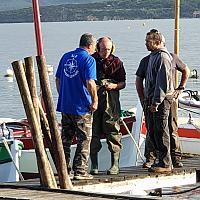 Pose de pieux en bois pour les pontons des pointus dans la lagune du Brusc